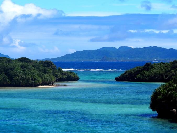 Mer turquoise et montagnes